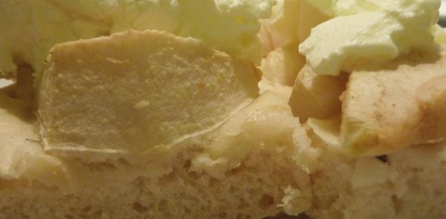 Detail eines Hefekuchens mit Äpfeln