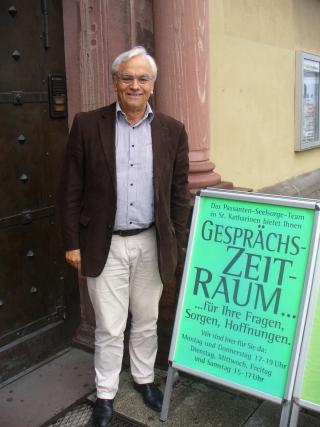 Werner Schneider Quindeau vor der Sankt Katharinenkirche in Frankfurt