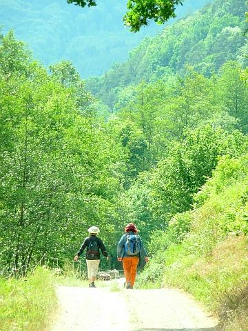 Zwei Pilgerinnen auf dem Weg nach Amorbach im Fränkischen Odenwald