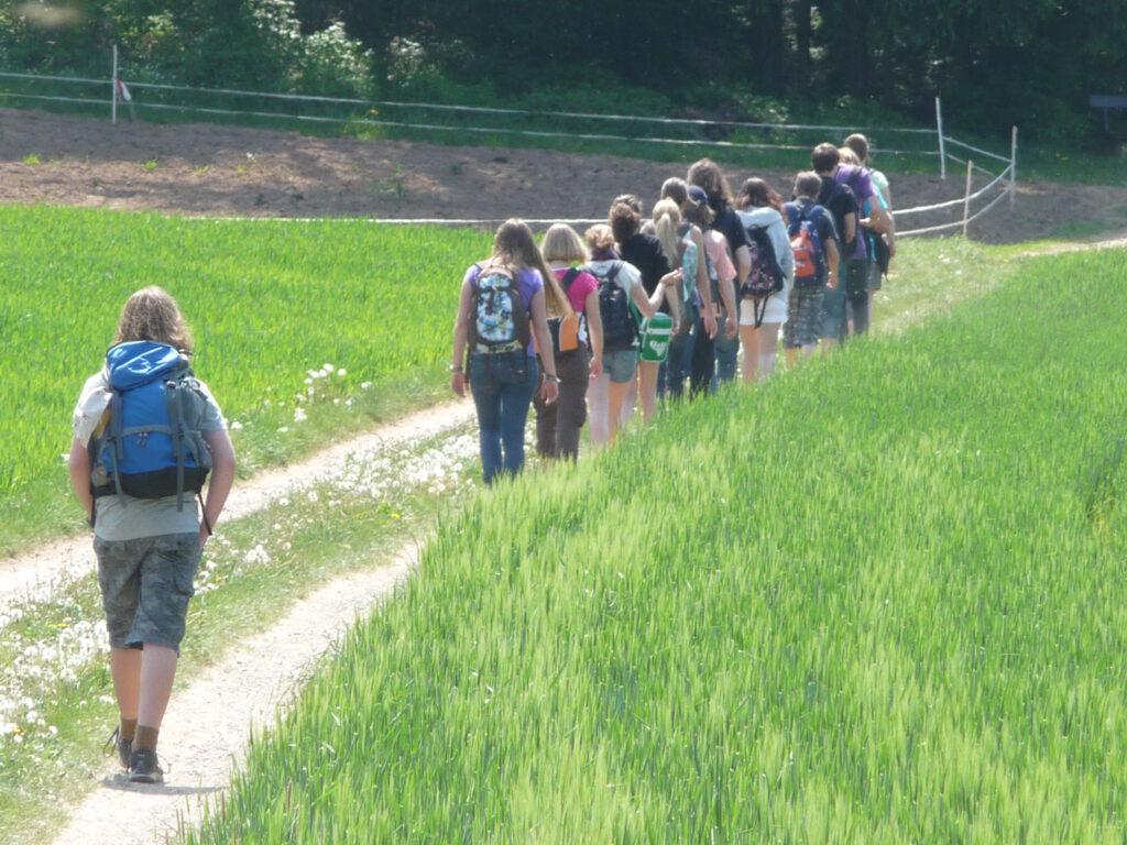 Jugendliche in Stille unterwegs nach Mariabuch