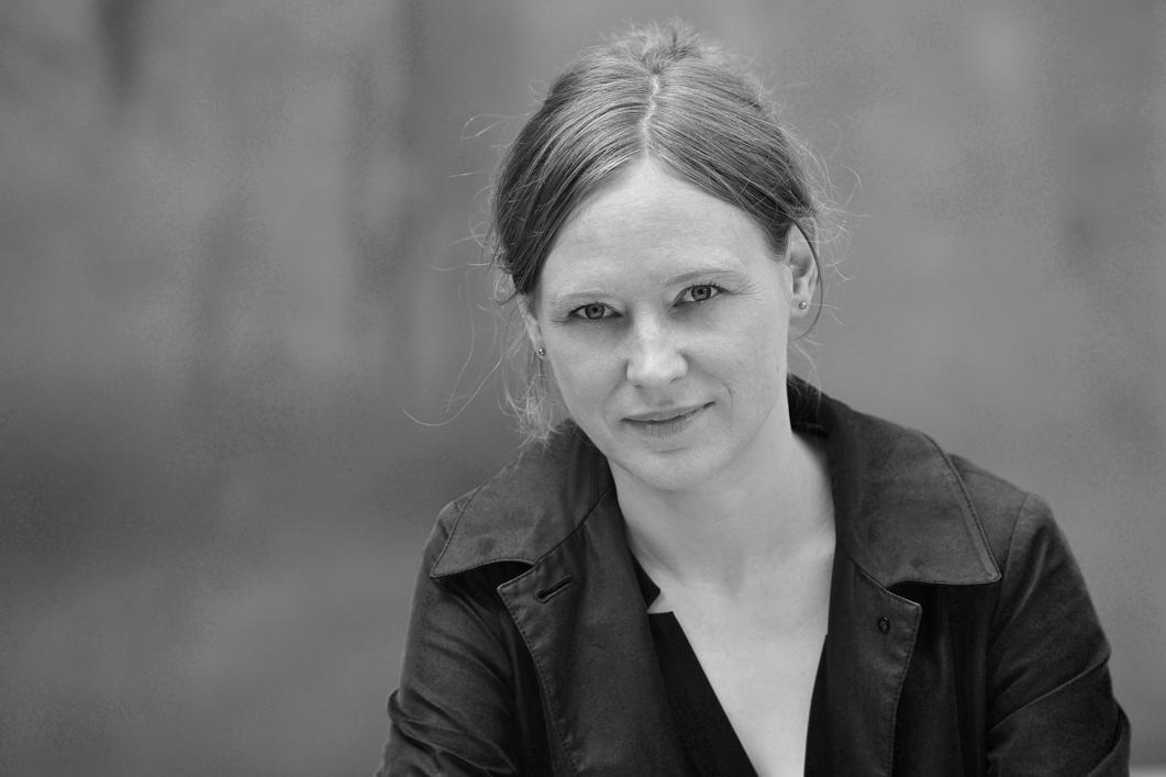 """Schriftstellerin Barbara Handke, fotografier von Kristin Stock. Ihr Buch """"Sommergäste"""" handelt von der Sehnsucht, Beispiel: Ein Sommer ohne Rasenmähen."""