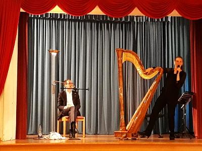 Bettina Linck erklärt die Harfe in Lohr. Die Biblische Weinprobe des Theologen und Schriftstellers Georg Magirius war inspiriert von König Salomo. So entstand  der Königsweg zum Genuss. Foto von Sven Johannsen