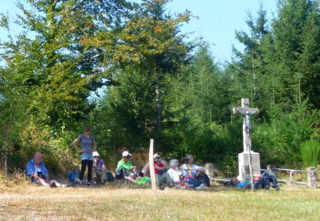 Pilgern für Aufteiger - Caroline Huber ist die Leiterin vom Pilgern für Einsteiger - mit iher Gruppe am Heizenbauer Kreuz des Kinzigtäler Jakobusweges