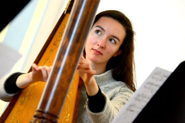 Clara Simarro Röll Harfenistin - Apfelkuchen, Engel und Musik sind verantwortlich für ein Leben voller Luxus