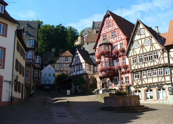 Das Schnatterloch in Miltenberg. An eindrucksvollen Fachwerkshäusern geht es einen schmalen Gang aus der Stadt in den Wald. Es ist der Weg der Veränderung.