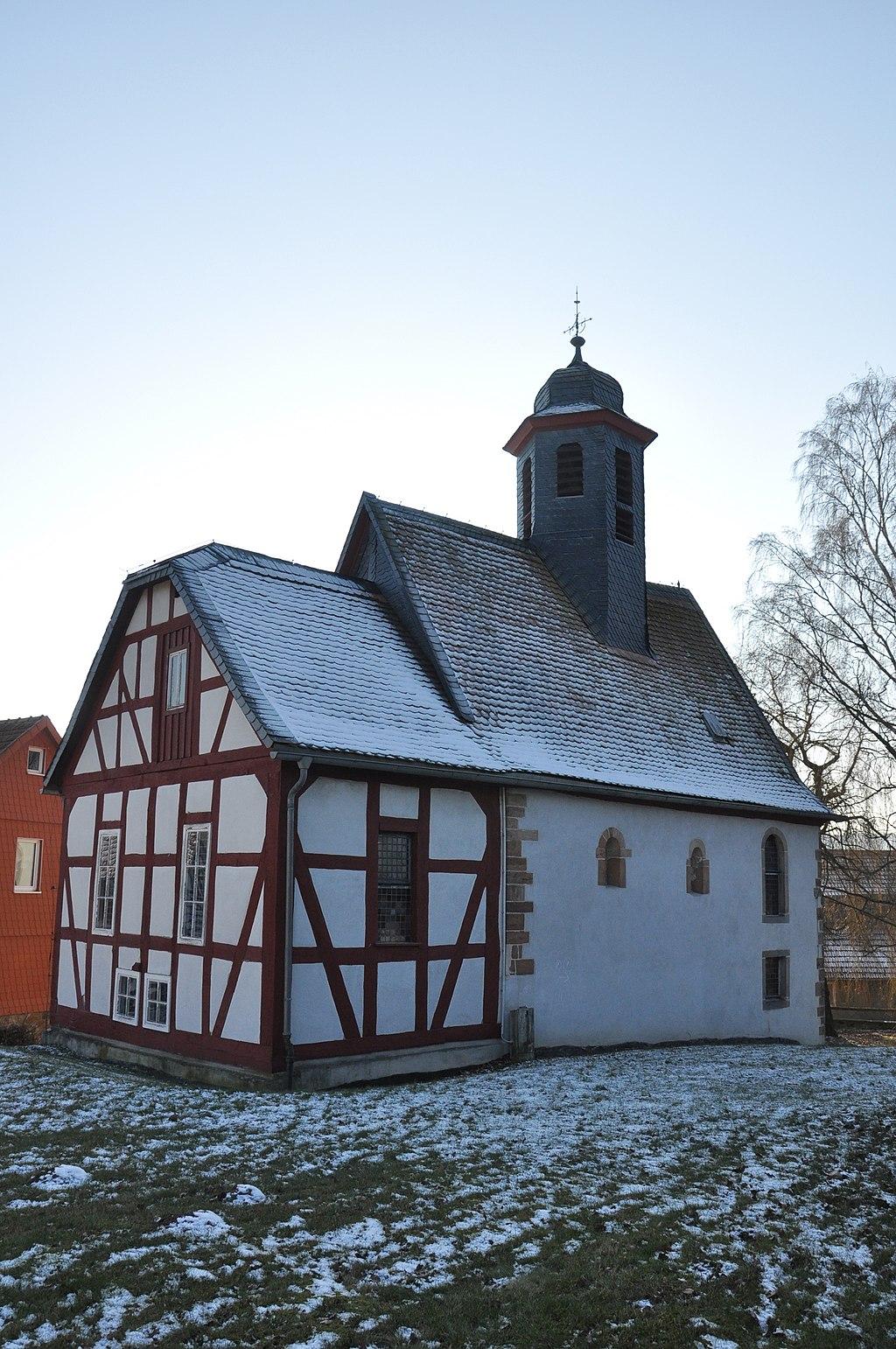 Die Evangelische Kirche in Alsfeld-Elbenrod im Vogelberg: geheimnisvoll verwinkelt. Foto von F. Baumgarten.