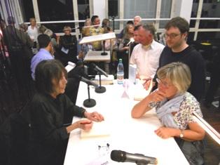 """Gabriele Wohmann vor Glitzervorhang: Sie signiert in der Evangelischen Akademie ihr Buch """"Sterben ist Mist, der Tod aber  schön"""""""