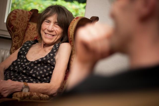Ein Abend für Gabriele Wohmann - Gabriele Wohmann ist zu sehen in ihrem Ohrensessel - Foto von Jule Kühn Rechte bei Georg Magirius