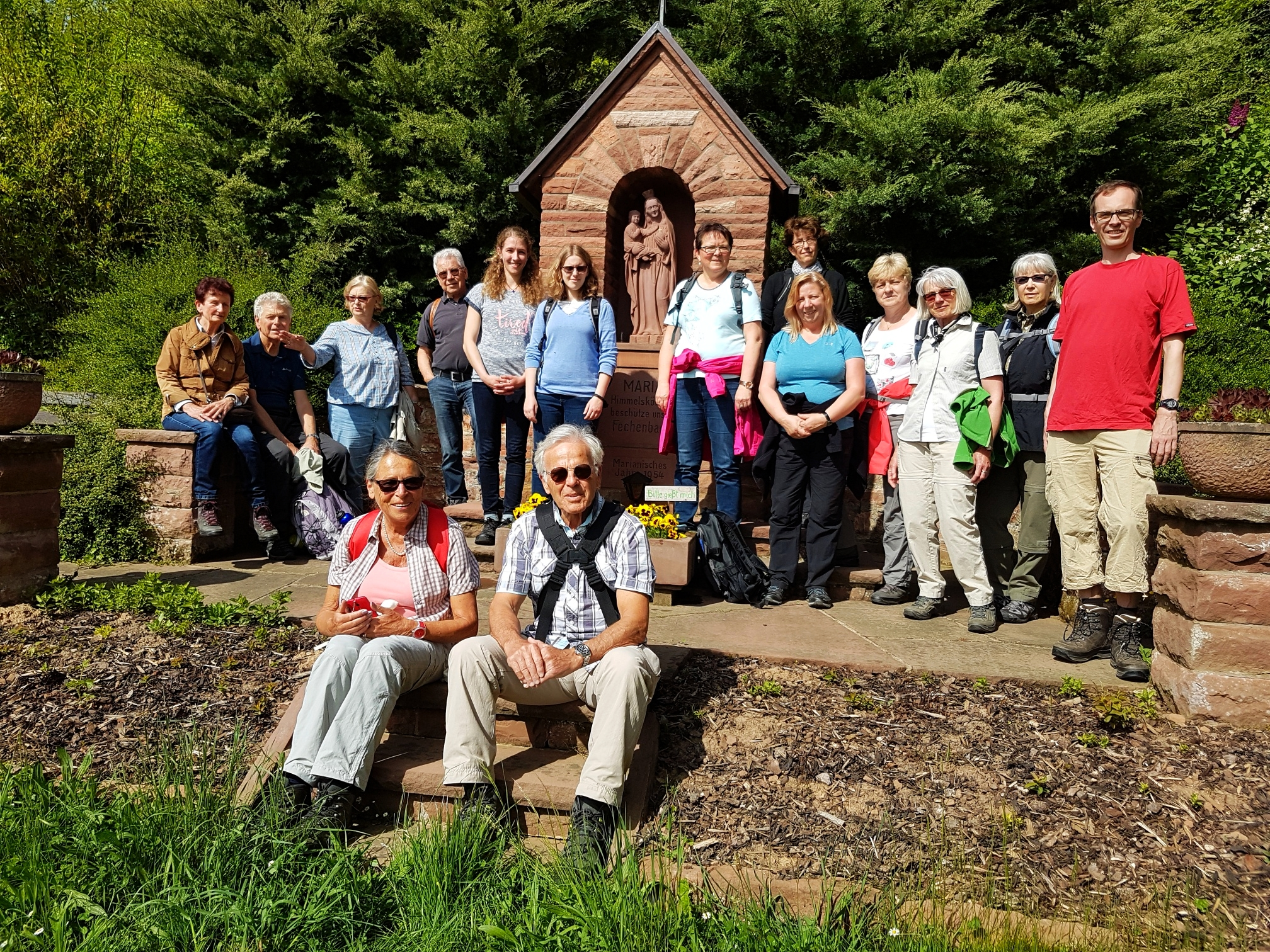 """Gruppenbild der Pilgertour """"Auferstanden in Ruinen"""" mit Gottesmutter. Das Foto stammt von Gabriele Hoffmann aus Seligenstadt."""
