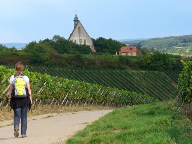 Die Pilgerbuchautorin Regina Westphal läuft auf die Kirche Maria im Weingarten zu - Foto von Georg Magirius