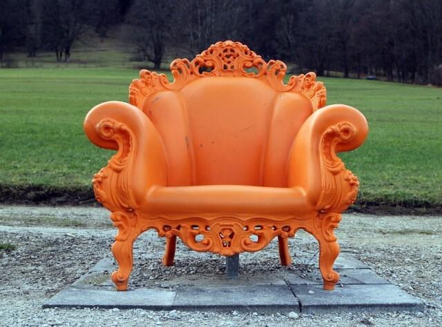 Großer Sessel in Orange im Park. Ein Bild-Kommentar zum Thema: Nachhaltiger Advent.
