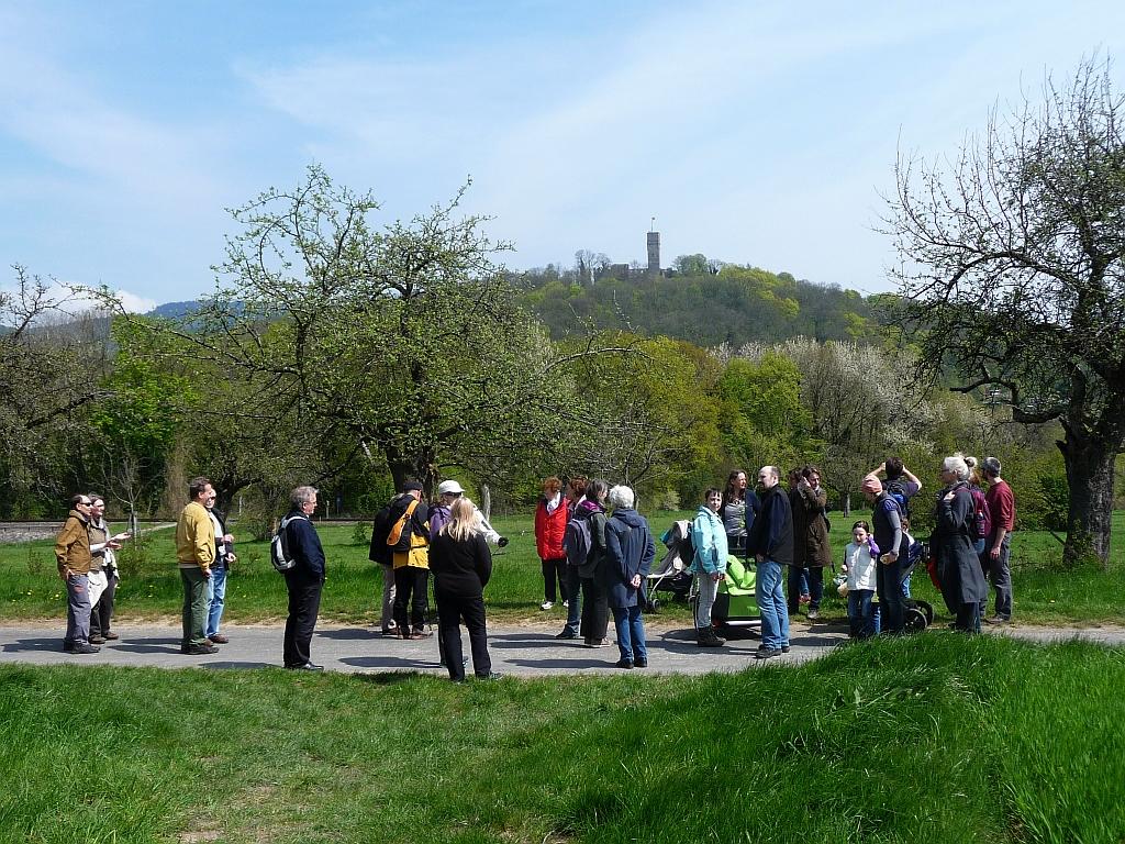 Vor der Burgruine Königstein - Pilger knacken Höhlenrätsel
