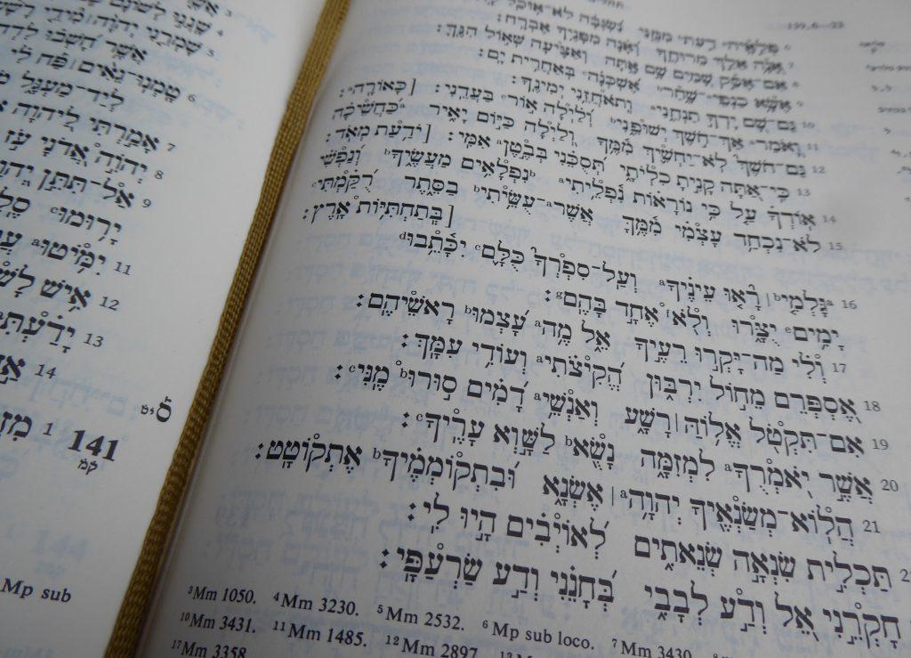 Im Himmel spricht man Hebräisch, sagte Erich Zenger. Das Foto zeigt einen Ausschnitt von Psalm 130 auf Hebräisch