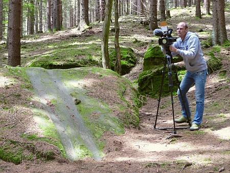 Wandern ist wie ein Gebet: Der Fernsehjournalist Volker Janowsky bei der Arbeit am Rutschstein im Odenwald.