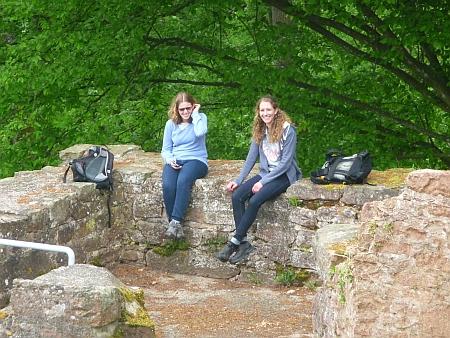 Rast im Turm. Auferstanden in Ruinen - das stimmt hier im übertragenen Sinn. Denn die jungen Frauen sitzen in den Ruinen. Und lachen. Foto von Georg Magirius