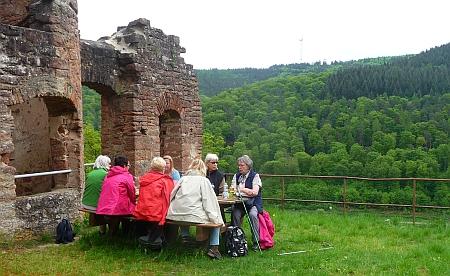 Rastplatz Ruine Collenburg. Die Ruine lässt den Blick frei zum Himmel und ins Grüne. Hier ist es möglich, das Gefühl: Auferstanden in Ruinen. Foto von Georg Magirius