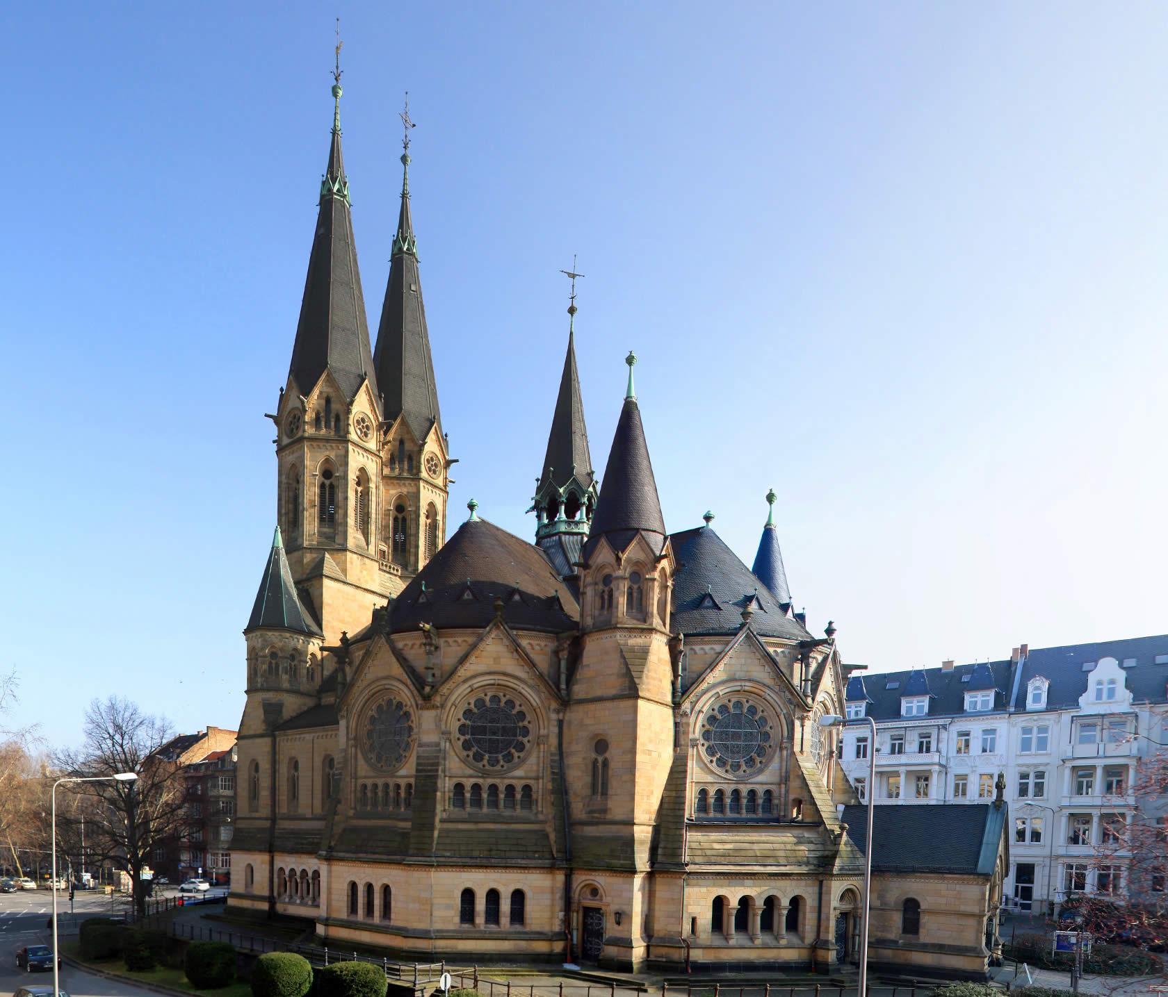 """Ringkirche Wiesbaden - Dort gibt Georg Magirius laut Dr. Sunny Panitz mit seinem Buch """"Traumhaft schlägt das Herz der Liebe ein magisches Versprechen"""""""