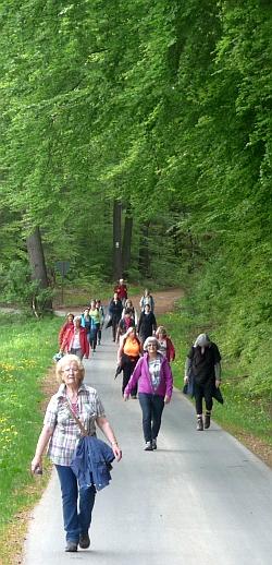 Teilnehmerinnen der Reihe GangART auf dem Weg zur Kreuzkapelle