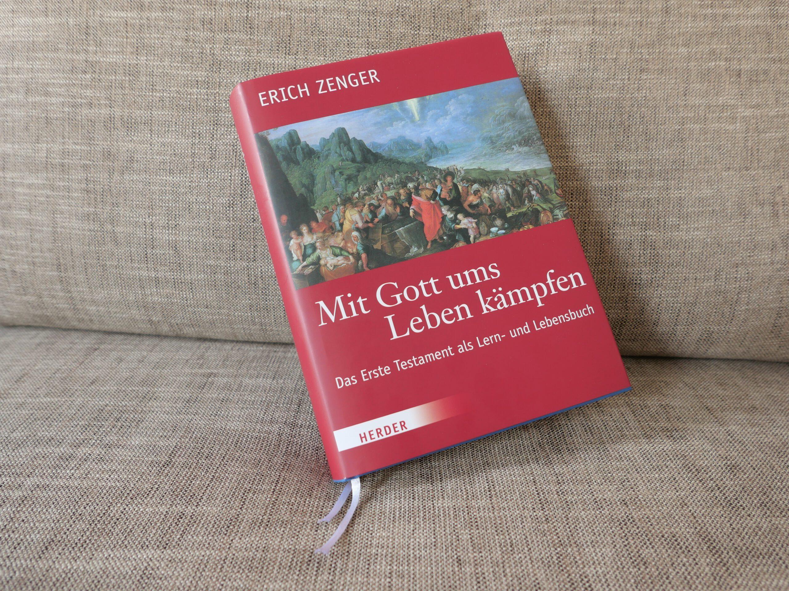 """Vom Vorrang der Schüler - Darum ging es Erich Zenger. Sein Buch """"Mit Gott ums Leben kämfpfen"""" mit zwei Lesebändchen"""