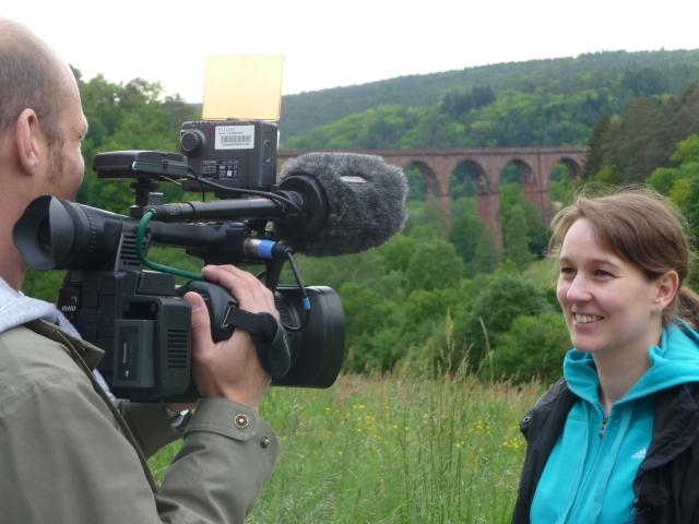 Die Pfarrerin Regina Westphal im Hessen Fernsehen. Im Hintergrund das Himbächlviadukt. Wandern ist wie ein Gebet, sagt sie.