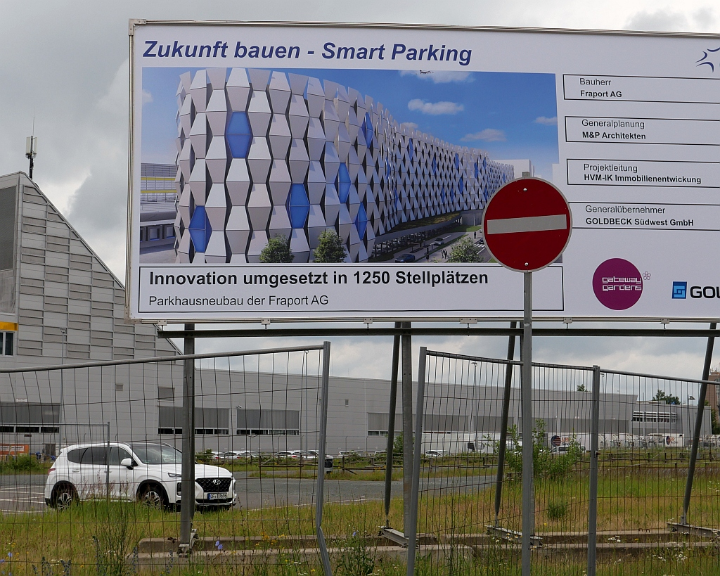 Baustellenschild: Ein Parkhaus wird gebaut in Gateway Gardens, Rhein-Main-Flughafen.