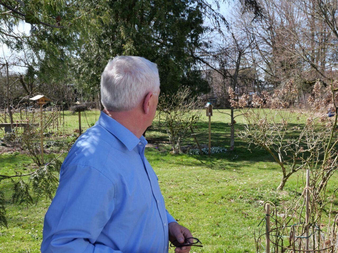 """Rettungsdichter Arnold Stadler schaut lieber in Gärten und in den Himmel als in Kameras, ist zu hören in der halbstündigen Sendung """"Dass es weitergeht mit der Welt"""" im BR von Georg Magirius"""