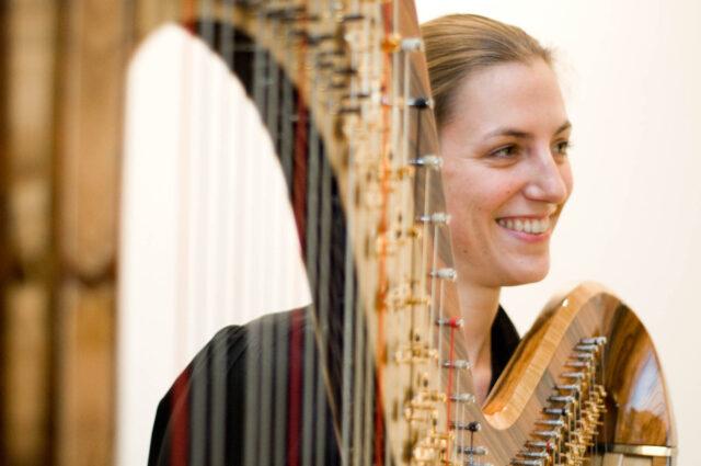 """Die Hafenistin Betina Linck freut sich - in der Katharinenkirche in Frankfurt interpretiert sie die Lesung """"Randfiguren im Rampenlicht"""" musikalisch"""