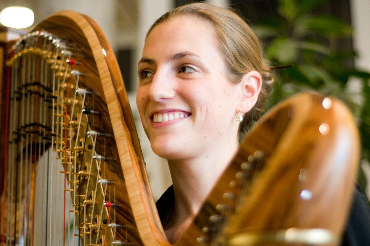 Bettina Linck mit Harfe. Sie interpretiert im Bayerischen Rundfunk die Liebesgeschichten von Georg Magirius, die ins Sehnsuchtsgestöber der Bibel führen.