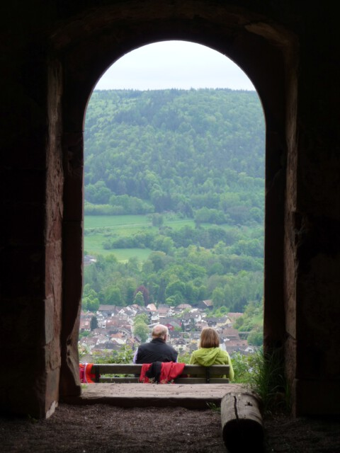 Blick aus Gotthardsruine auf Amorbach - Pilgertour mit Propst Bernd Böttner