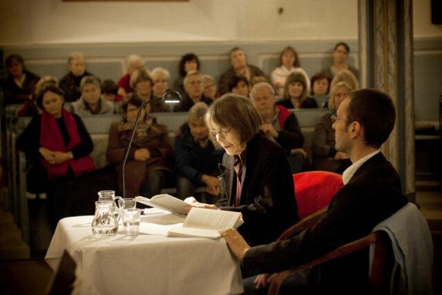 Georg Magirius und die von Tilmann Krause als unwiderstehliche Erzählerin charatkerisierte Gabriele Wohmann bei einer Lesung mit 350 Besuchern
