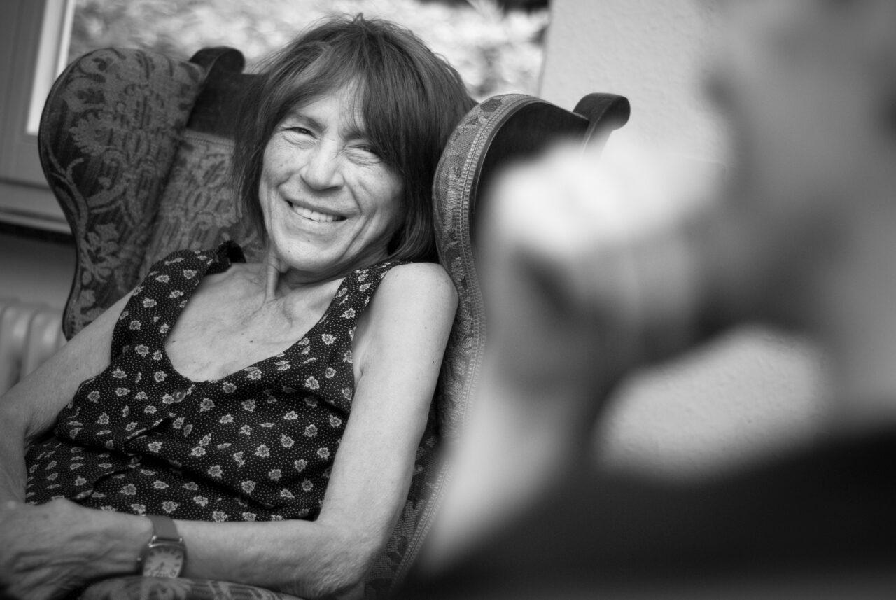 Gabriele Wohmann rechnet mit Sofa ab - Foto von Jule Kühn