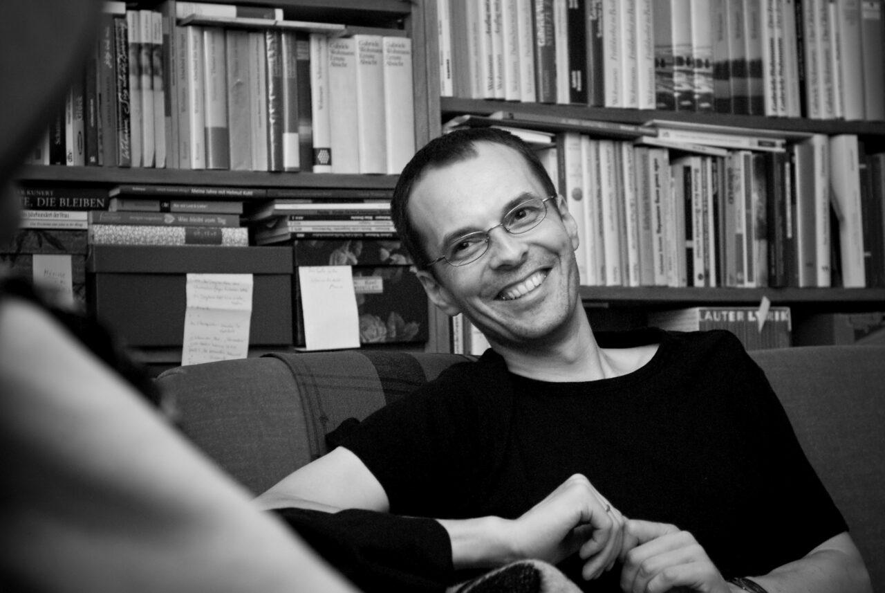 """Georg Magirius auf Gabriele Wohmanns marodem Sofa - er ist der Autor des Porträts im Schweizer Radio """"Gabriele Wohmann rechnet mit Sofa ab"""" - Foto von Jule Kühn"""