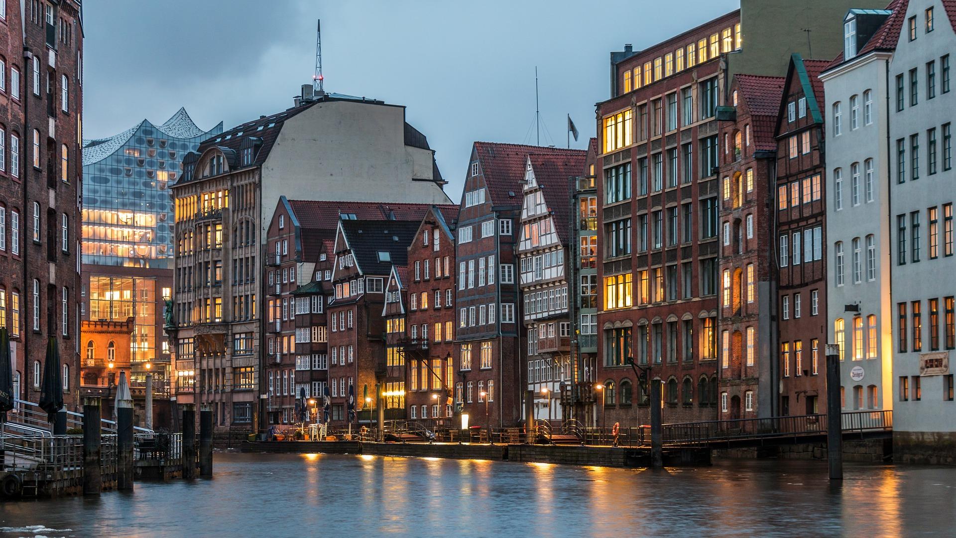 Hamburg City Abendstimmung - Eier fliegen in Richtung Podium, war beim Kirchentag 1981 in Hamburg zu erleben - Foto: Karsten Bergman Pixabay