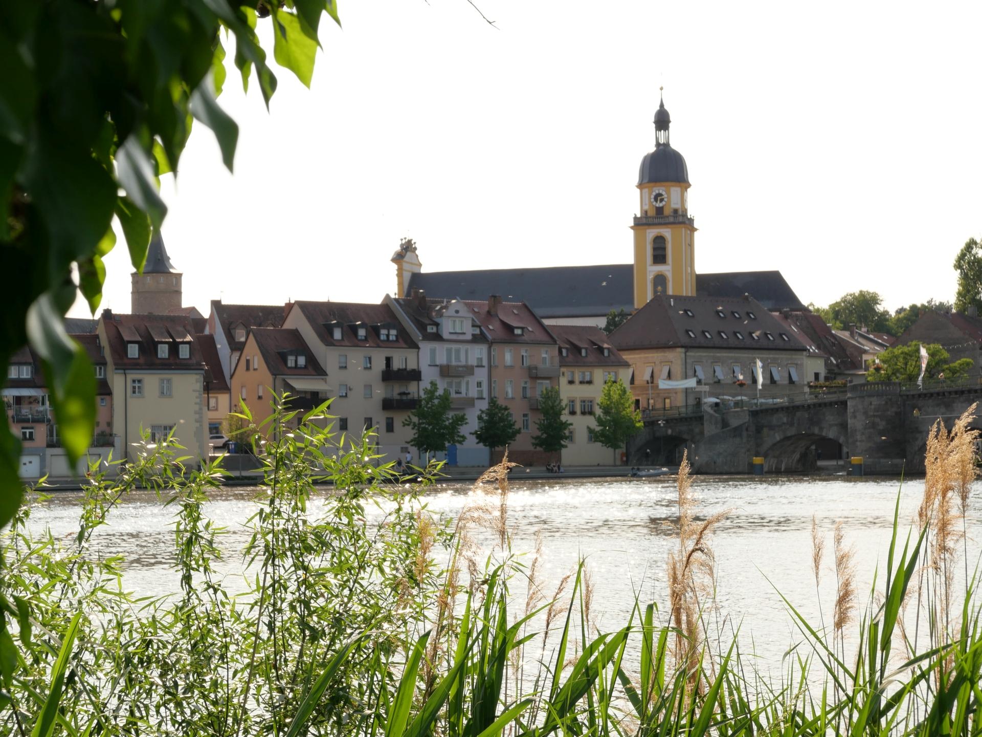 Stadtsilouhette von Kitzingen am Main mit Falterturm