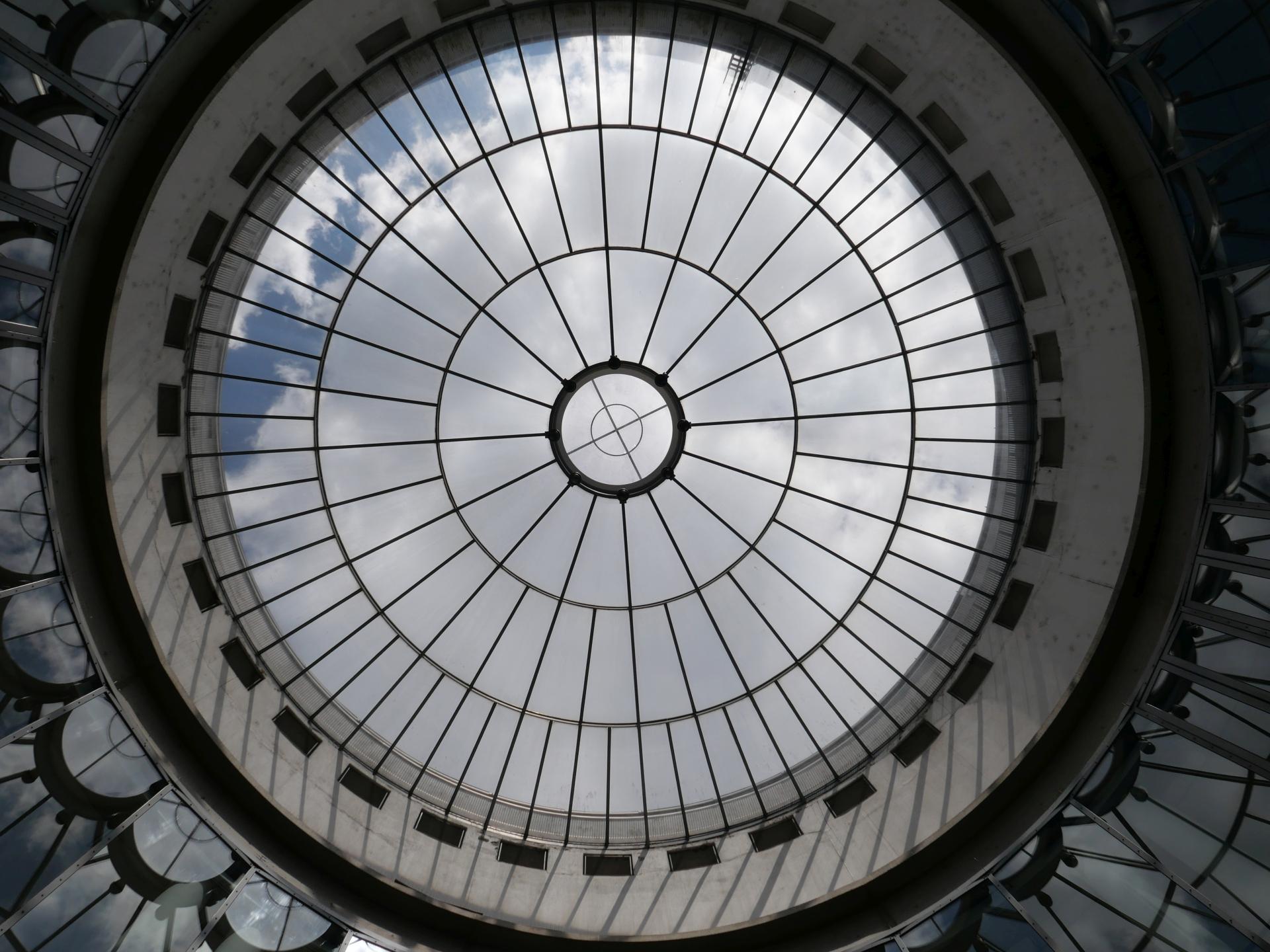 Blick aus der Rotunde der Schirn durchs Glasdach in die Großzügigkeit des Himmels