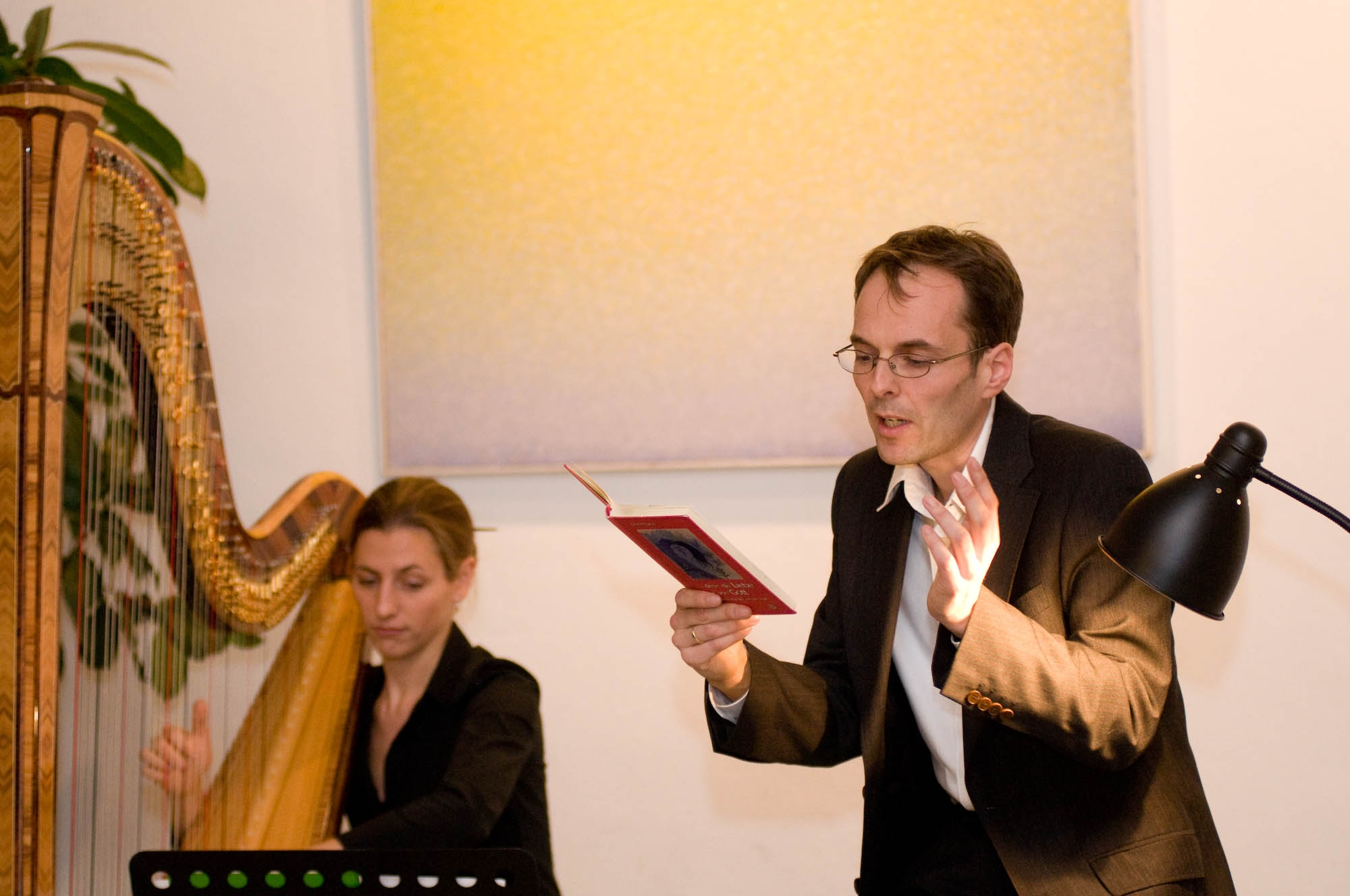 Bettina Linck und Georg Magirius sind zu hören in der Elbenröder Kirche, die geheimnisvoll verwinkelt ist. Die Moderation des Weihnchtskonzertes hat Pfarrer Horst Nold