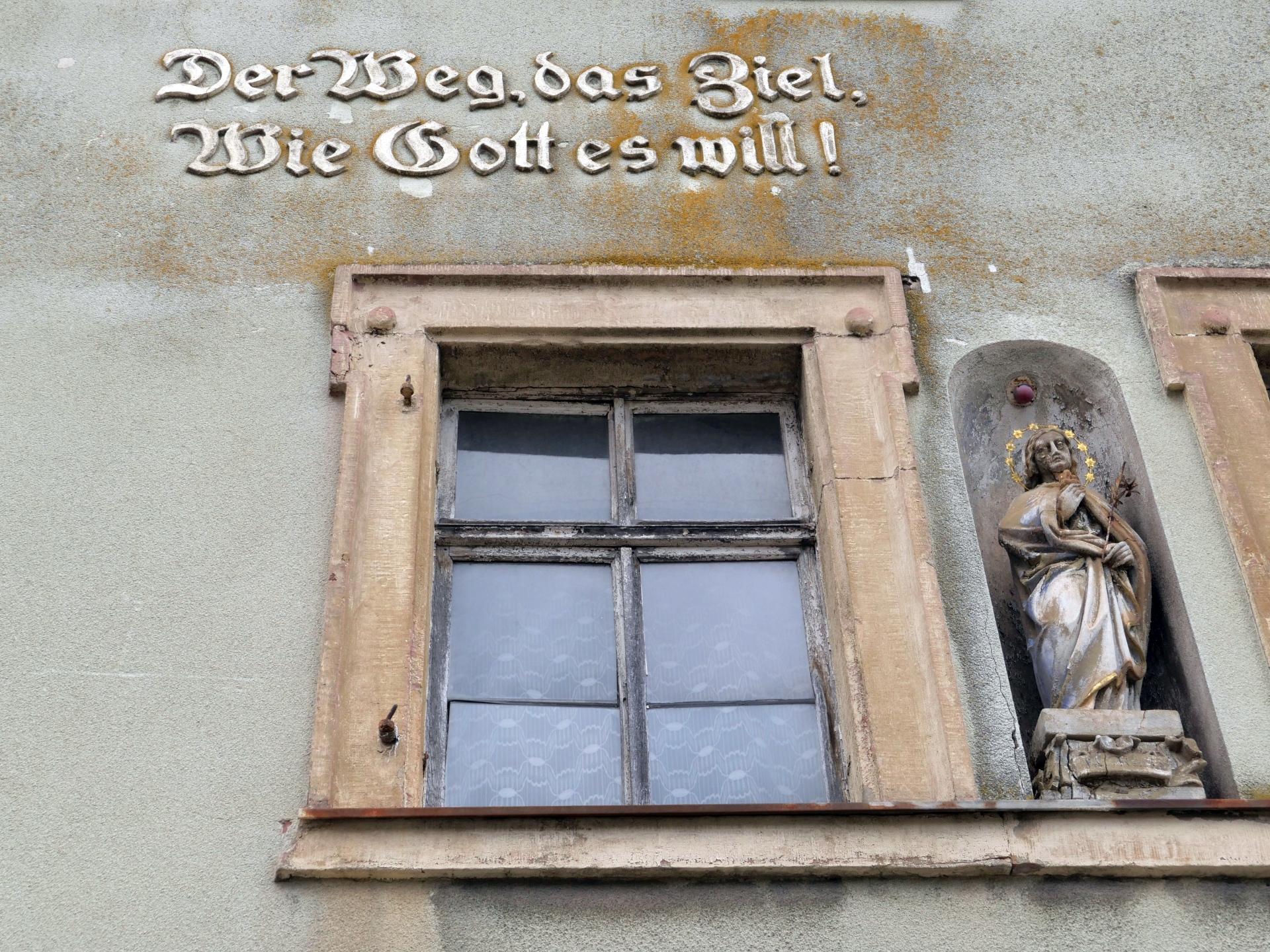 """Wandermotto in Retzbach in Mainfranken an einer Hauswand: """"Der Weg, das Ziel, wie Gott es will!"""" mit Himmelskönigin"""