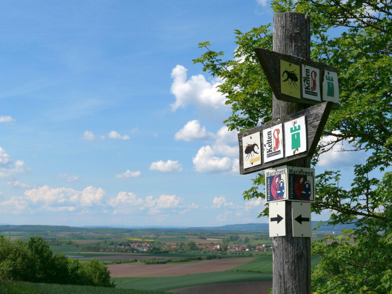 Eigene Fußspuren setzen - Anregungen dzu bieten abgelegen Wege, die aber doch Wegweiser haben - wie der Keltenweg bei Königsberg in Bayern in den Haßbergen