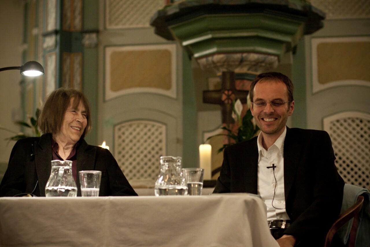 Gabriele Wohmann mit dem laut Kritik so bösen Blick lacht - Aufruhr im Ried